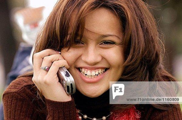 Hispanische Mädchen auf Telefon