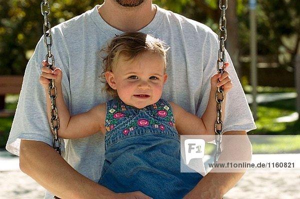 Vater und Tochter auf swing