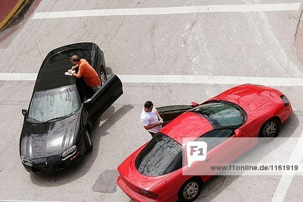 Männer  Treiber  Autos  geringfügigen Autounfall  Exchange-Informationen. Ocean Drive. Miami Beach  Florida. USA.