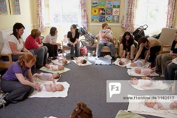 Mütter und Babys in ein Baby massage-Klasse