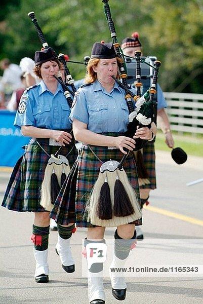 Porträt von Bag Pipers Musik spielen  wie sie in einer Parade marschieren