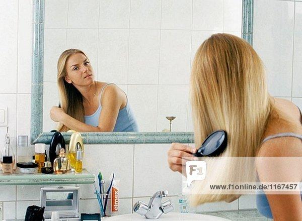Frau Badezimmer Haar
