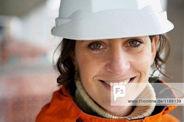 Arbeitnehmer mit Helm. Wohnungsbau  Apartments. San Sebastian  Bizkaia  Baskenland. Spanien.