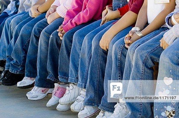 Schulkinder sitzen