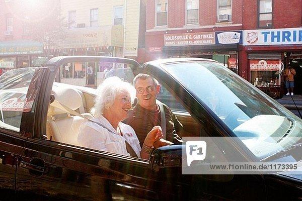 Paar entspannenden in Cabrio Auto  Greenwich Village  New York City.