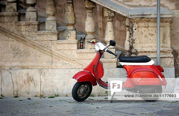 Motorrad auf Straße. Italien