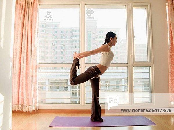 Interior  zu Hause  üben  jung  Yoga  Mädchen