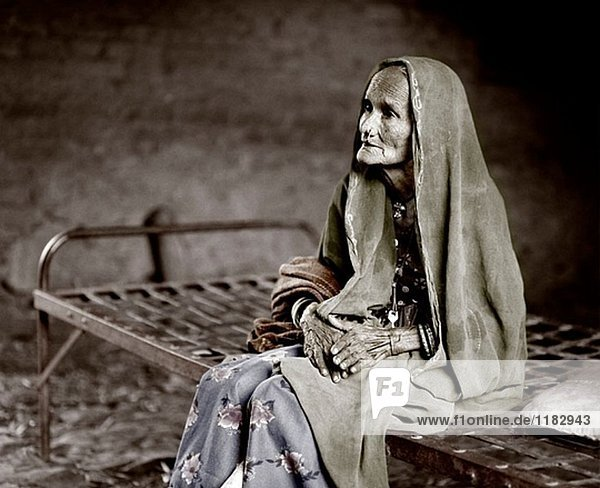 Alte Dame in Rajasthan auf dem Bett. Indien