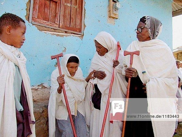 Alte Frauen bei einer orthodoxen Kirche Service in Meki. Äthiopien