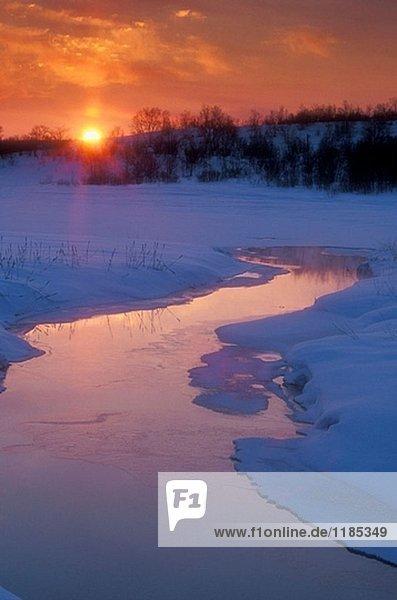 Sonnenaufgang über dem offenen Wasser des Robinson Creek im Spätwinter. Sudbury. Ontario  Kanada