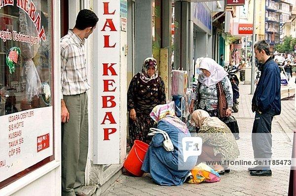 Sidewalk Märkte in der Innenstadt  Isparta  Türkei.
