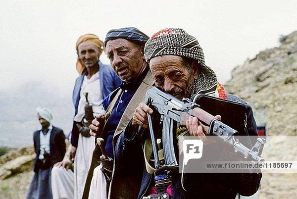 Männer des Dorfes  Attawila Gebiet  Jemen  Arabien