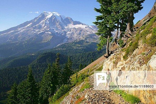 Weibliche Wanderer auf Spur zum Pinnacle-Pass mit Mt. Rainier zeichnet sich im Hintergrund  Mt. Rainier-Nationalpark  Washington  USA