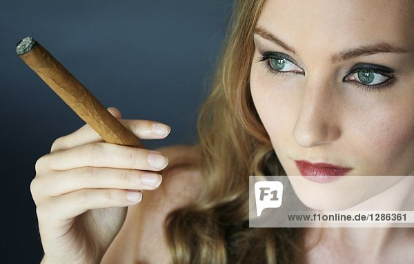 nackte huren zigarren zu rauchen