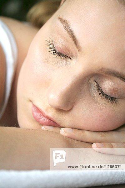 Nahaufnahme des jungen Frau schlafen