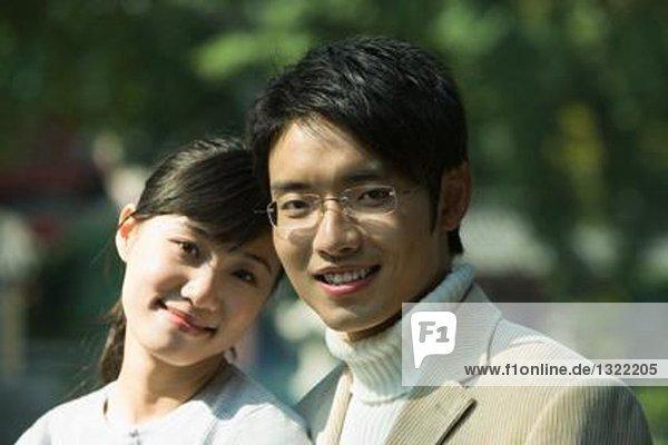 Junges Paar lächelt vor der Kamera  Porträt