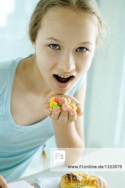 Mädchen essen Junk Food
