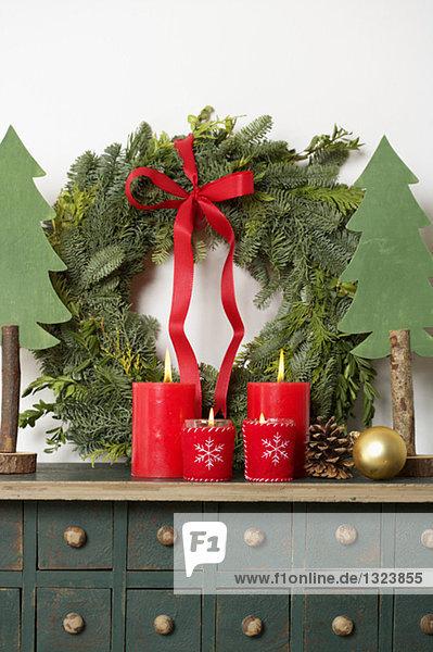 Weihnachtliche Dekoration mit Adventskranz  fully_released