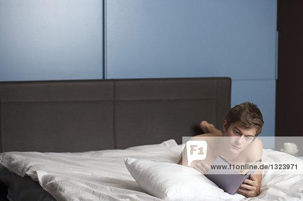 Junger nackter Mann im Bett - Erotik  fully_released