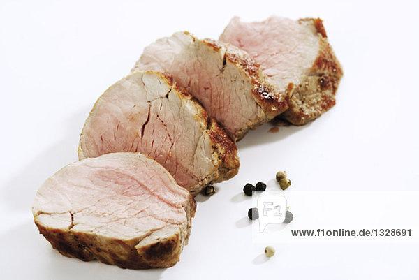 Gebratenes Schweinefilet  Scheiben  Gewürzkörner  Nahaufnahme