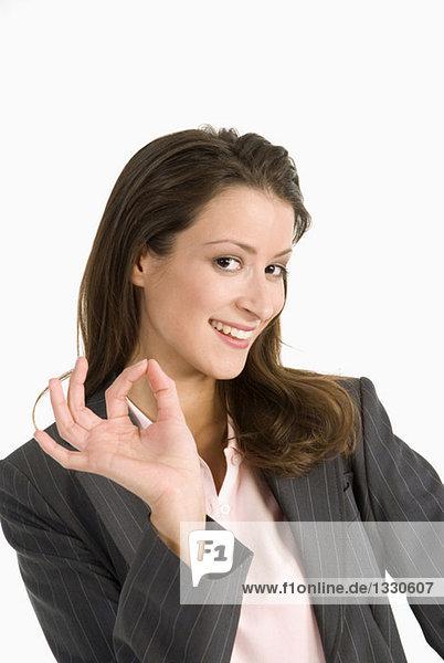 Geschäftsfrau macht Geste  Nahaufnahme