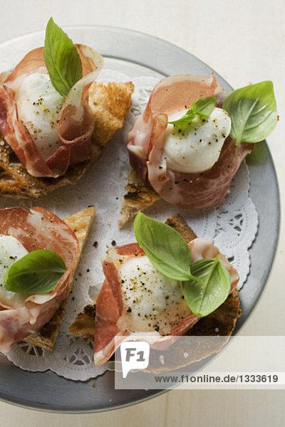 Crostini mit Parmaschinken  Mozzarella und Basilikum