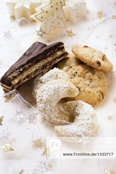 Weihnachtsgebäck (Kokoskipferl  Cookie  Schoko-Nuss-Schnitte)