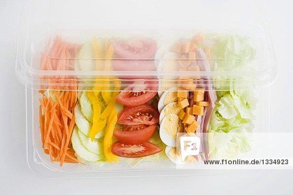 Bunter Salat mit Schinken und Ei in der Plastikschale Bunter Salat mit Schinken und Ei in der Plastikschale