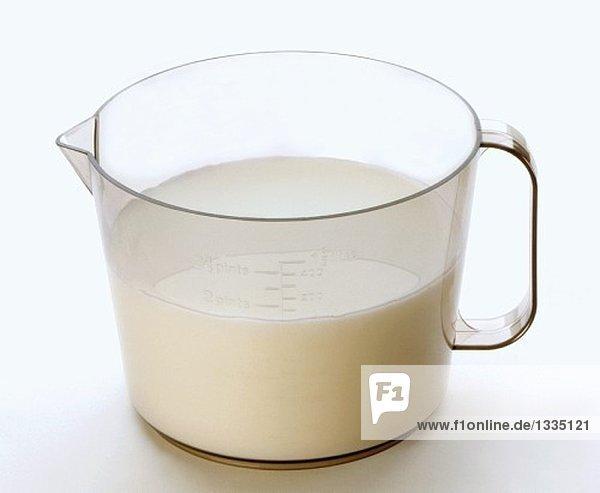 Frische Milch in einem Messbecher