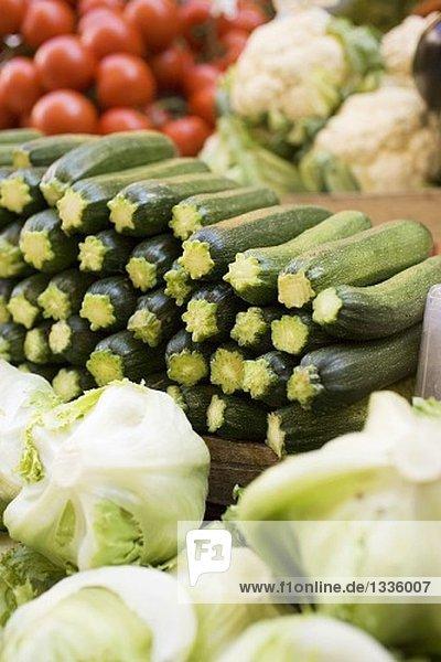 Zucchini  Salat  Blumenkohl und Tomaten auf dem Markt
