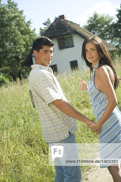 Paar zu Fuß auf Wiese