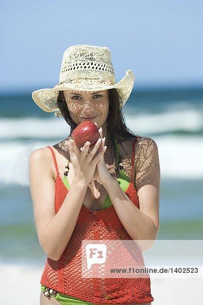 Frau am Strand mit apple