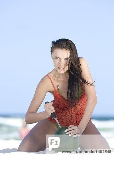 Watermelon Woman Cutting am Strand