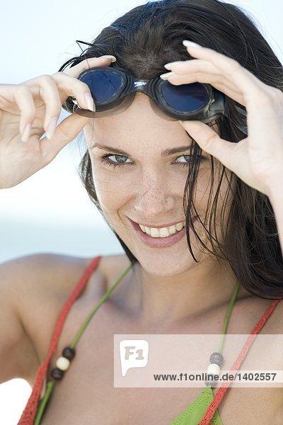 Frau auf Schutzbrille
