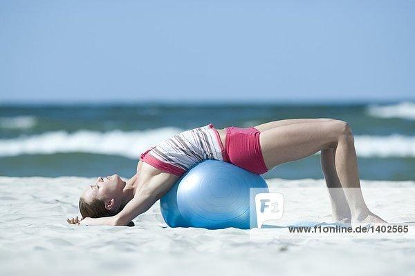 Frau beim training mit Fitness-ball