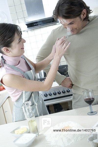 Frau spielen in Küche
