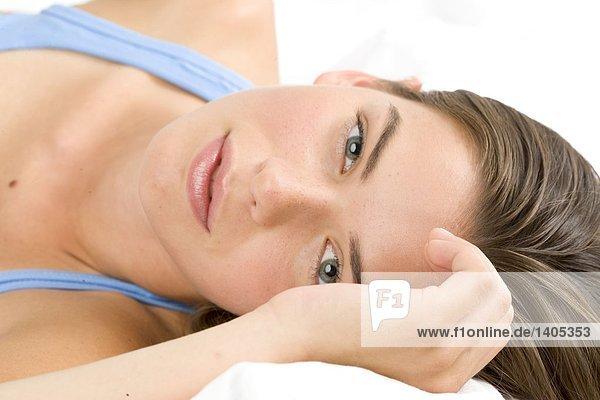 liegend liegen liegt liegendes liegender liegende daliegen junge Frau junge Frauen Bett