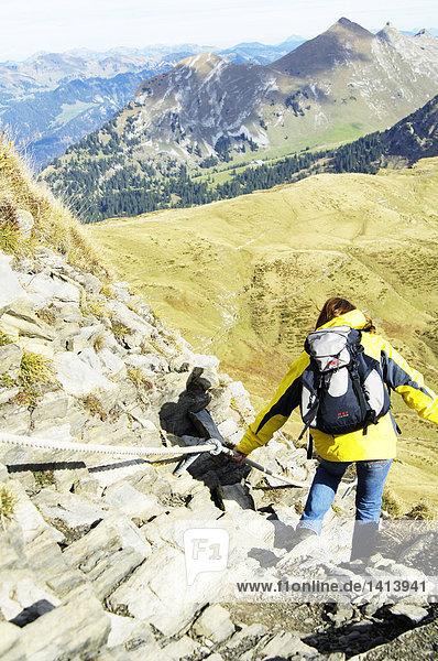 Rückansicht Frau Wandern auf felsiger Berg  Bregenzer Wald  Vorarlberg  Österreich