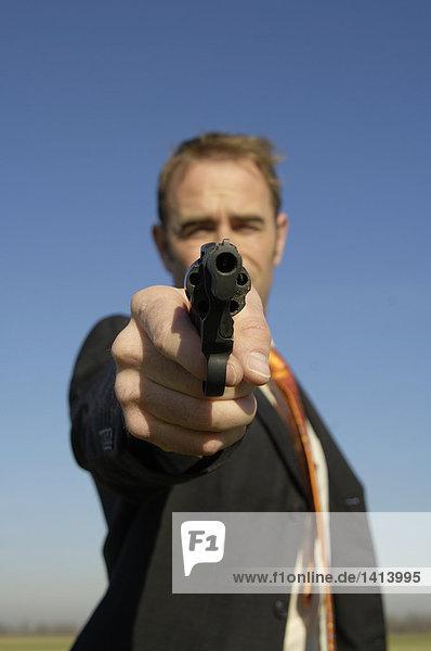 Mann hält Waffe