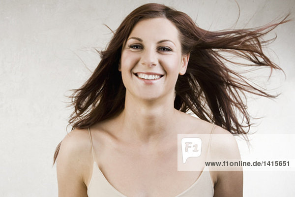 Portrait einer jungen Frau with windswept hair