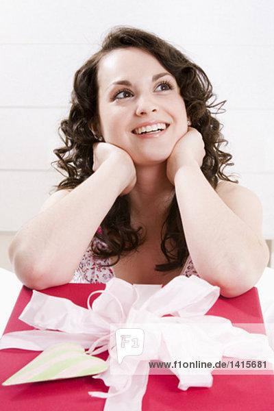 Porträt von lächelnde junge Frau nachzudenken  big Gegenwart vor