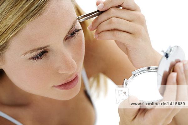 Porträt einer jungen Frau mit Mascara  innen (Atelier)