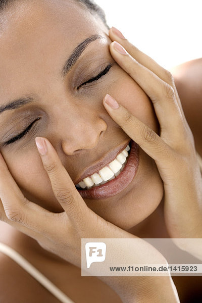 Bildnis einer jungen Frau mit Händen auf den Wangen  Augen geschlossen
