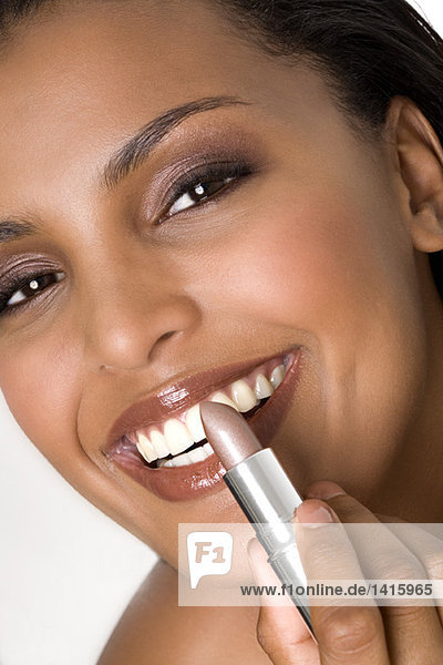 Porträt einer jungen  lächelnden Frau mit Lippenstift