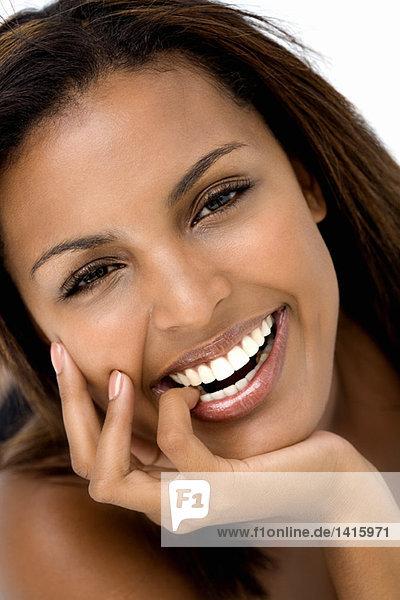 Porträt einer jungen Frau  lächelnd für die Kamera