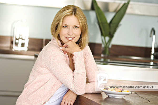 Lächelnde Frau in der Küche
