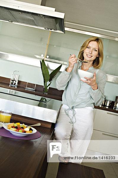 Lächelnde Frau beim Frühstück