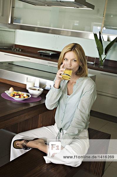 Frau trinkt Fruchtsaft