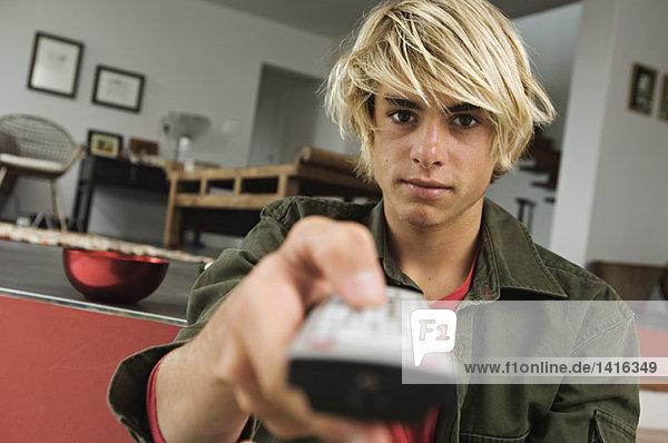 Teenager-Junge mit Fernbedienung
