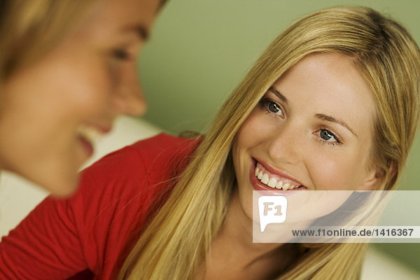 Portrait von 2 jungen lächelnden Frauen